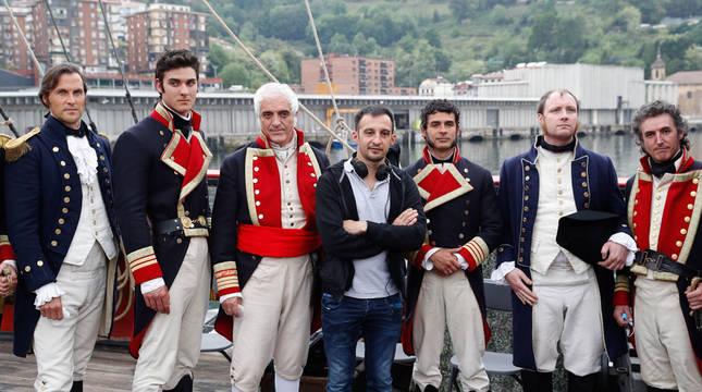 Alejandro Amenábar (c) posa junto a un grupo de actores durante el rodaje de su primera serie, 'La Fortuna'.
