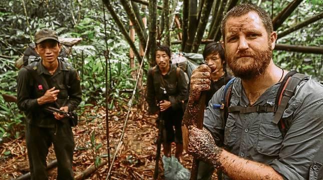 David Beriáin, junto a tres supervivientes hmong en la selva de Laos en el documental