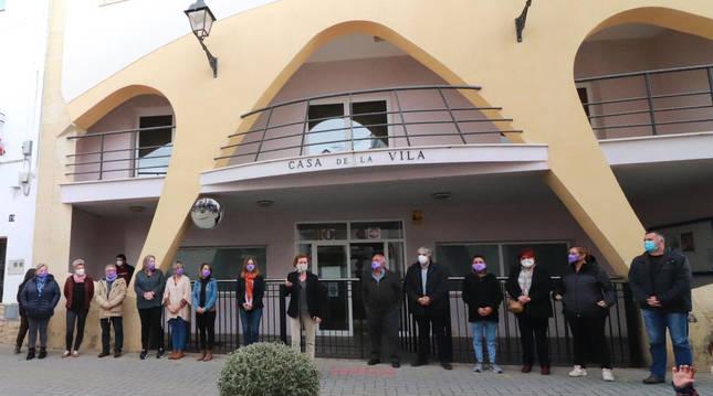 Concentración por el asesinato en el Ayuntamiento de Bisbal del Penedès.