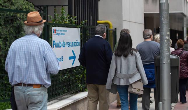 Foto de varias personas esperan para recibir la vacuna, en el Hospital Gregorio Marañón, en Madrid.