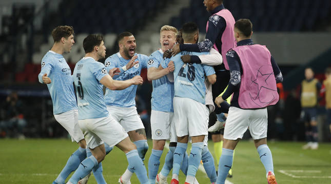 Mahrez festeja el segundo gol junto a sus compañeros.