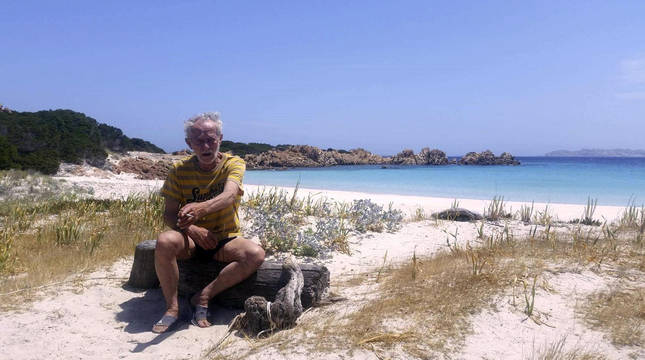 Foto de Mauro Morandi, el Robinson Crusoe italiano, en la isla de Budelli.