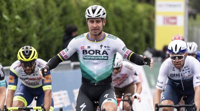 Peter Sagan celebra la victoria al sprint en la meta de Martigny en el Tour de Romandía.