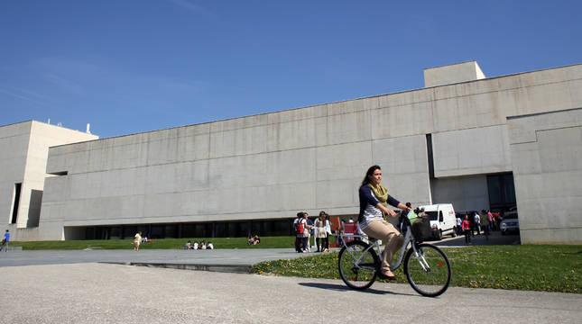 Las bicicletas son una constante en el campus. En este caso, frente a la facultad de Comunicación.