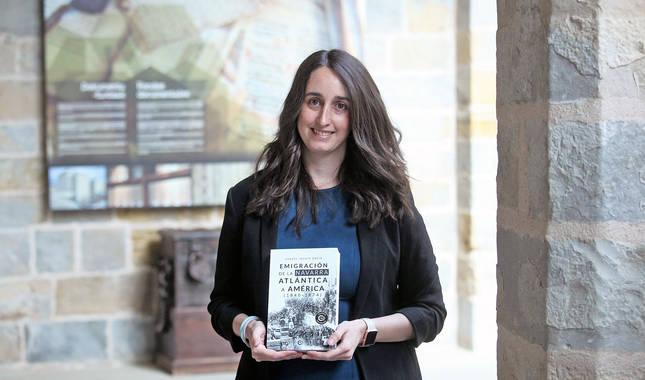 Foto de Raquel Idoate, con un ejemplar de su libro.