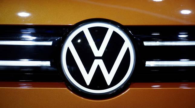 Logotipo de un modelo de Volkswagen en una feria automovilística en Shanghai.
