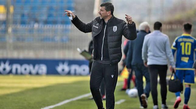 Pablo García da órdenes a sus jugadores durante un encuentro del PAOK griego.