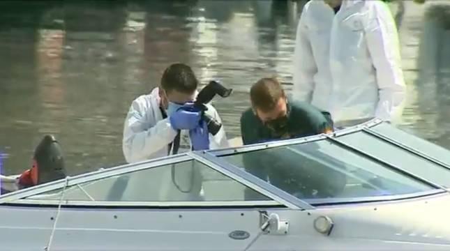 Agentes de la Guardia Civil inspeccionan el barco de Tomás Gimeno.