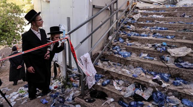 Dos judíos ultraortodoxos observan la zona del Monte Meron donde se produjo la estampida.