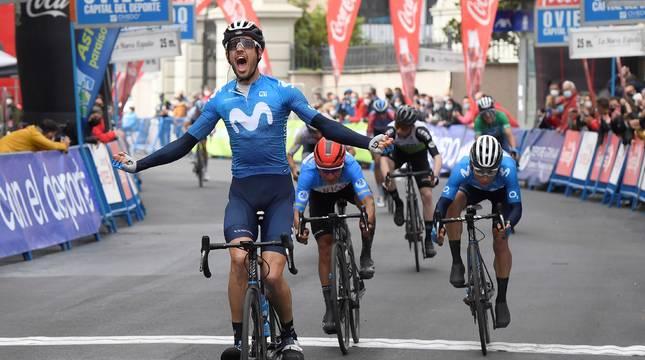 Héctor Carretero (i), del equipo Movistar, ha sido el vencedor de la 2ª Etapa de la 66 Vuelta Ciclista a Asturias que transcurrió este sábado entre Candas y Cangas Del Narcea