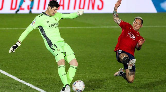 El Chimy Ávila presiona a Courtouis en el partido de Osasuna contra el Real Madrid.