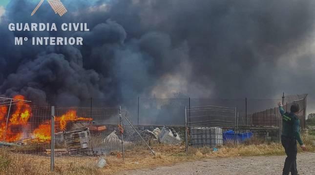 El incendio, extinguido una hora después de haber sido alertados, ha provocado una gran humareda.