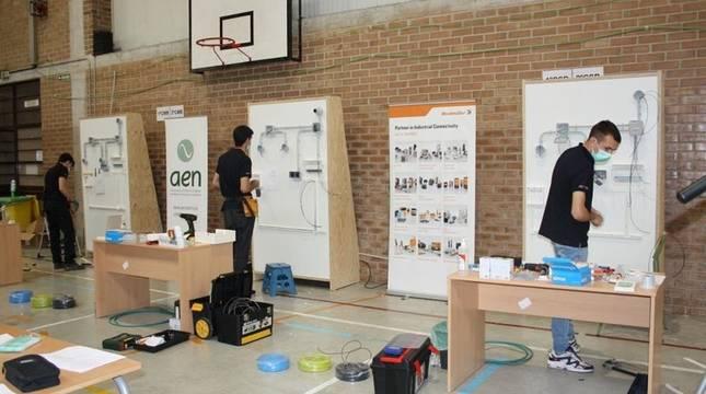 Tres de los alumnos participantes en la especialidad de Instalaciones eléctricas.