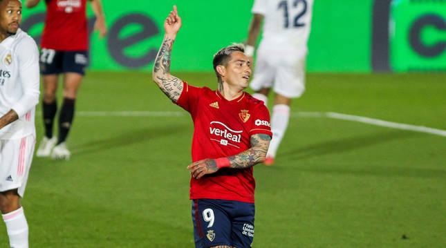 El Chimy Ávila se lamenta tras anotar un tanto, que fue anulado por fuera de juego. El argentino regresó a la titularidad después de estar 15 meses ausente por una lesión grave de rodilla.