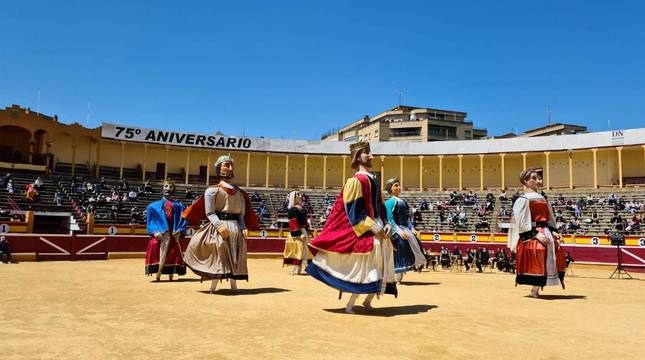 Actuación de la Comparsa de Gigantes en la plaza de toros de Tudela