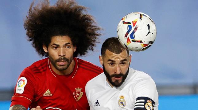 Aridane y Benzema pelean por hacerse con el control del balón.