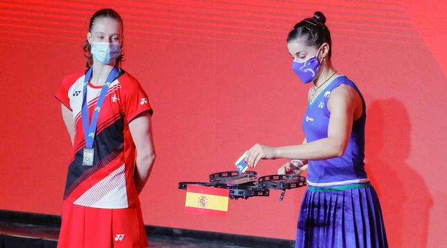 Carolina Marín, campeona de Europa por quinta vez, recoge su medalla de oro de un dron.