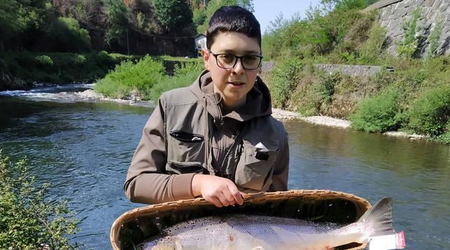 El pescador Ismael García Fernández muestra el primer salmón capturado esta temporada en el Bidasoa.