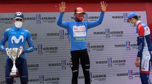 Nairo Quintana (equipo Arkea) celebra en el podio la victoria conseguida en la Vuelta Ciclista a Asturias junto a Antonio Pedrero (Movistar) y Pierre Latour (Total Direct Energie).