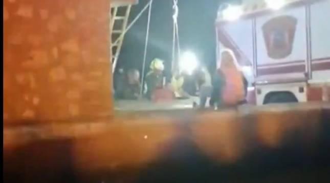Los dos menores quedaron anoche atrapados en un pozo de siete metros de profundidad de una casa abandonada cerca del campo de fútbol de la localidad toledana de Nambroca.