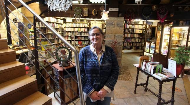 Carmen Fernández Marcilla en su Libreria Acuario, entre piedras centenarias, en la bodega del antiguo Bar Bilbao. Se quitó la mascarilla para la fotografía.