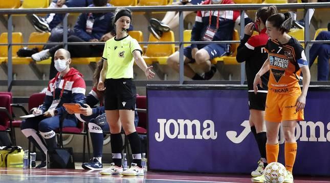 La árbitra navarra Leticia Romero durante la final de la Copa de la Reina entre Pescados Rubén Burela y MSC Torreblanca en el la Ciudad del Fútbol de Las Rozas.