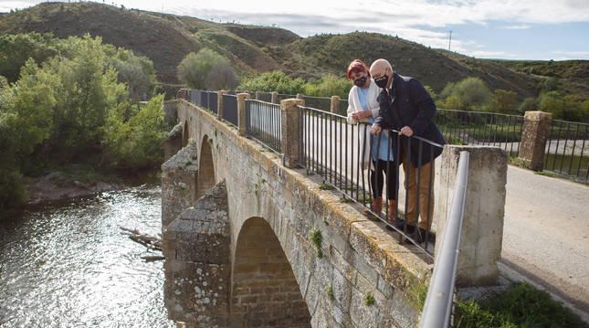 La alacaldesa de Mendigorría, Eunate López, y el consejero Ciriza, visitan el puente medieval de Andelos que se va a rehabilitar próximamente.