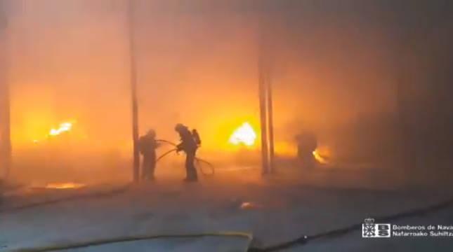 Foto del incendio desatado en una nave abandonada cerca de Muruarte de Reta.