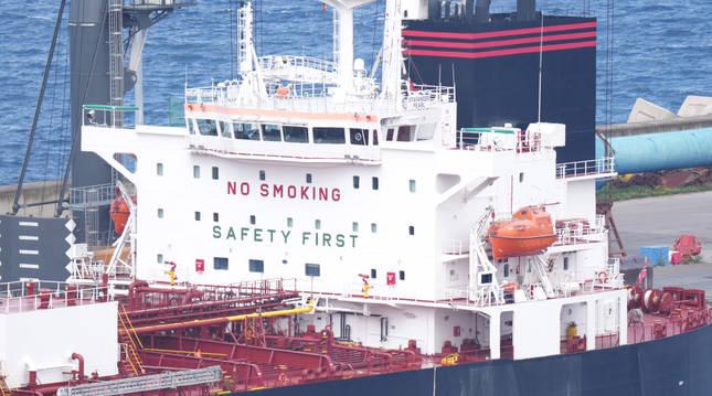 El buque Stavanger Pearl, atracado en el puerto de Bilbao.