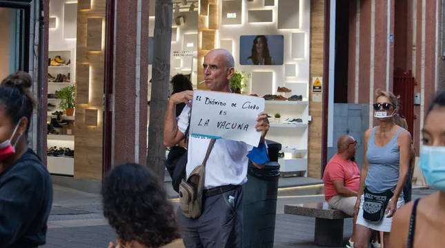 Un hombre sin mascarilla se manifiesta a favor del dióxido de cloro en Santa Cruz de Tenerife el 26 de septiembre de 2020.