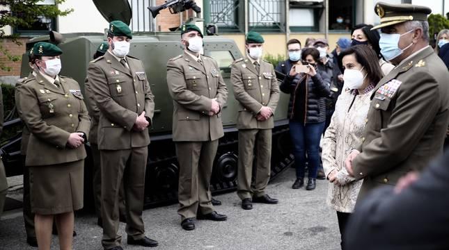 La ministra de Defensa, Margarita Robles, visita en el acuartelamiento de Aizoáin (Navarra) a los compañeros del cabo Francisco Pérez Benítez, fallecido por una trombosis tras recibir la vacuna de AstraZeneca.