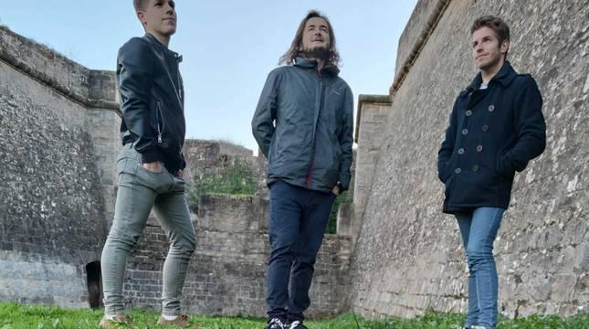 Desde la izquierda: Adrián Moreno Apodaca (guitarra y coros), Gökhan Yerlikhan (batería) y Gerardo Moreno Apodaca (piano y voz).