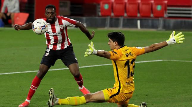El delantero del Athletic de Bilbao Iñaki Williams consigue su gol ante el portero