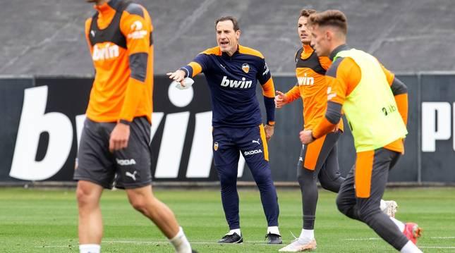 El nuevo técnico del Valencia, Salvador González 'Voro', dirigiendo el primer entrenamiento este lunes.
