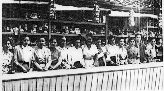 Varias voluntarias de la Tómbola de Cáritas en una de sus primeras ediciones. La estructura fue diseñada por el arquitecto Marcelo Guibert.