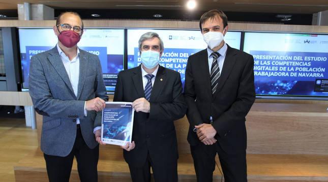 De izquierda a derecha: Javier Fernández (Fundación Caja Navarra), Miguel Iriberri (COIINA) y Pachi Senosiain (CaixaBank).