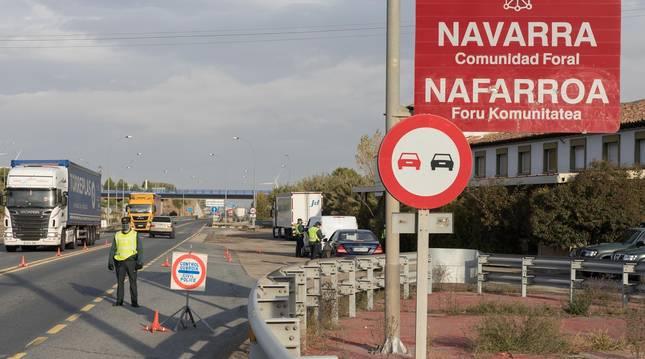 Control de la Guardia Civil, el pasado octubre en el término de Cortes, por el cierre perimetral.
