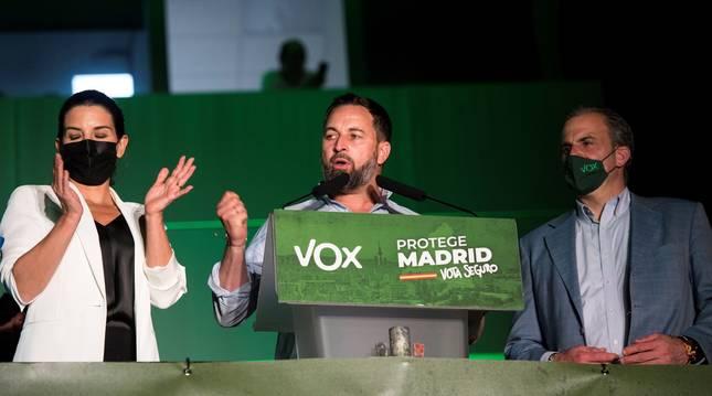 De izda. a dcha., Rocío Monasterio, Santiago Abascal y Javier Ortega Smith en la sede de Vox celebrando los resultados en Madrid.