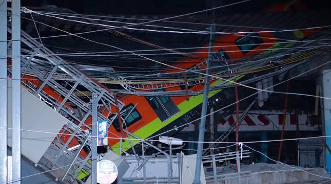 Vista general del colapso de unos vagones del metro esta noche, en la Ciudad de México (México).