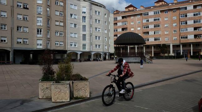 Un ciclista pasa por la plaza Ezkabazabal, con su característico quiosco.