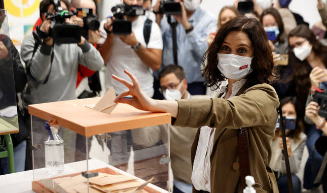 Foto de Isabel Díaz  Ayuso vota en la Inmacualada-Marillac en Madrid.