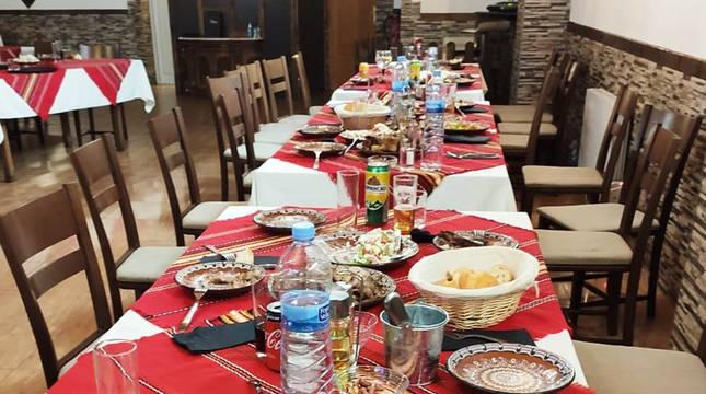 Local clausurado en Oricáin, con el comedor con los platos de una de las comidas que ofrecía.