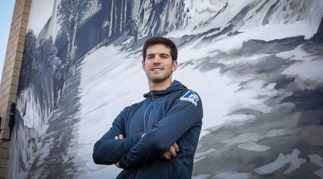 José Javier Zabaleta, junto a un mural situado junto el frontón de Zarátamo.