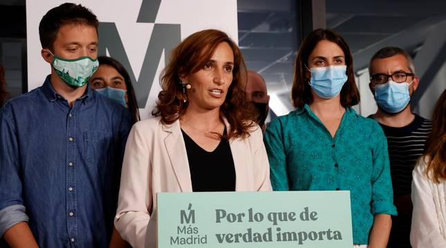 Mónica García junto a miembros de Más Madrid tras conocer los resultados de las elecciones del 4M.