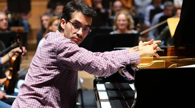 El pianista Juan Pérez Floristán ensayando en Baluarte en 2019.