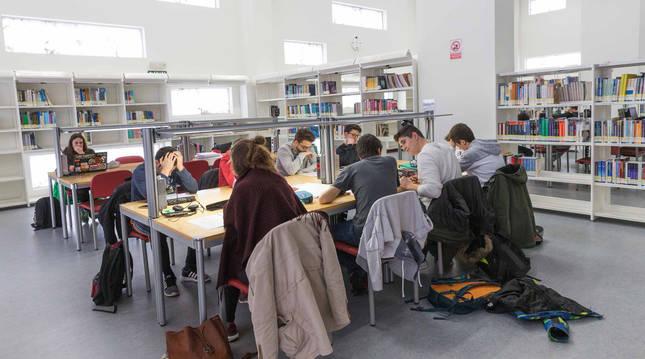 Foto de archivo de estudiantes en la biblioteca del campus de la UPNA en Tudela.