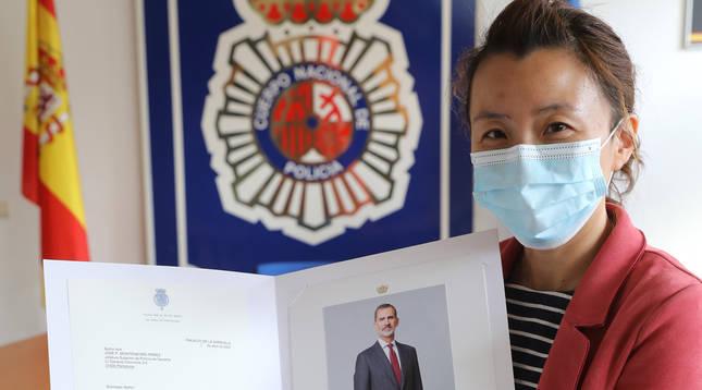 Mónica Yu, con la carta y la foto firmada de Felipe VI.