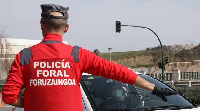 La Policía Foral controla el paso de los vehículos en el término de Cordovilla durante el confinamiento.