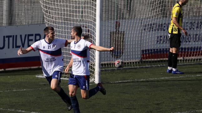 Yoldi y Barace celebran el gol de la Mutilvera, que marcó el lateral de cabeza, mientras Fernando, del Portugalete, se dirige al fondo de la portería a recoger el balón.