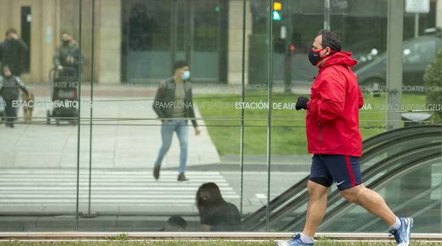 Un hombre hace ejercicio con mascarilla en la Vuelta del Castillo.